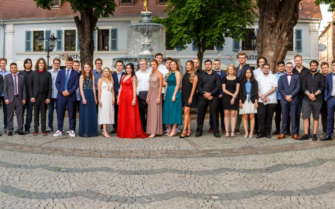 51 Abiturientinnen und Abiturienten des Technischen Gymnasiums erhalten die Allgemeine Hochschulreife